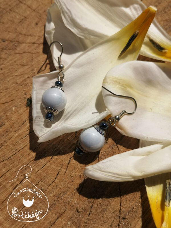 Cserszömörce Portékája -Szürke gyöngy fülbevaló